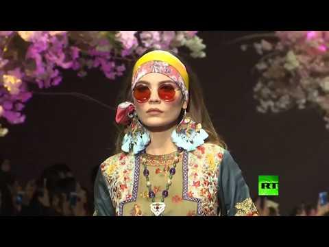 شاهد المصممون الباكستانيون يُعرضون أحدث مجموعاتهم خلال أسبوع الموضة في كراتشي