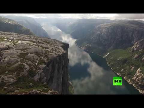 مغامر يكاد يسقط عن حبل معلق على ارتفاع ألف متر