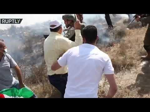 شاهد متظاهرون فلسطينيون يشتبكون مع جنود الاحتلال بالقرب من نابلس